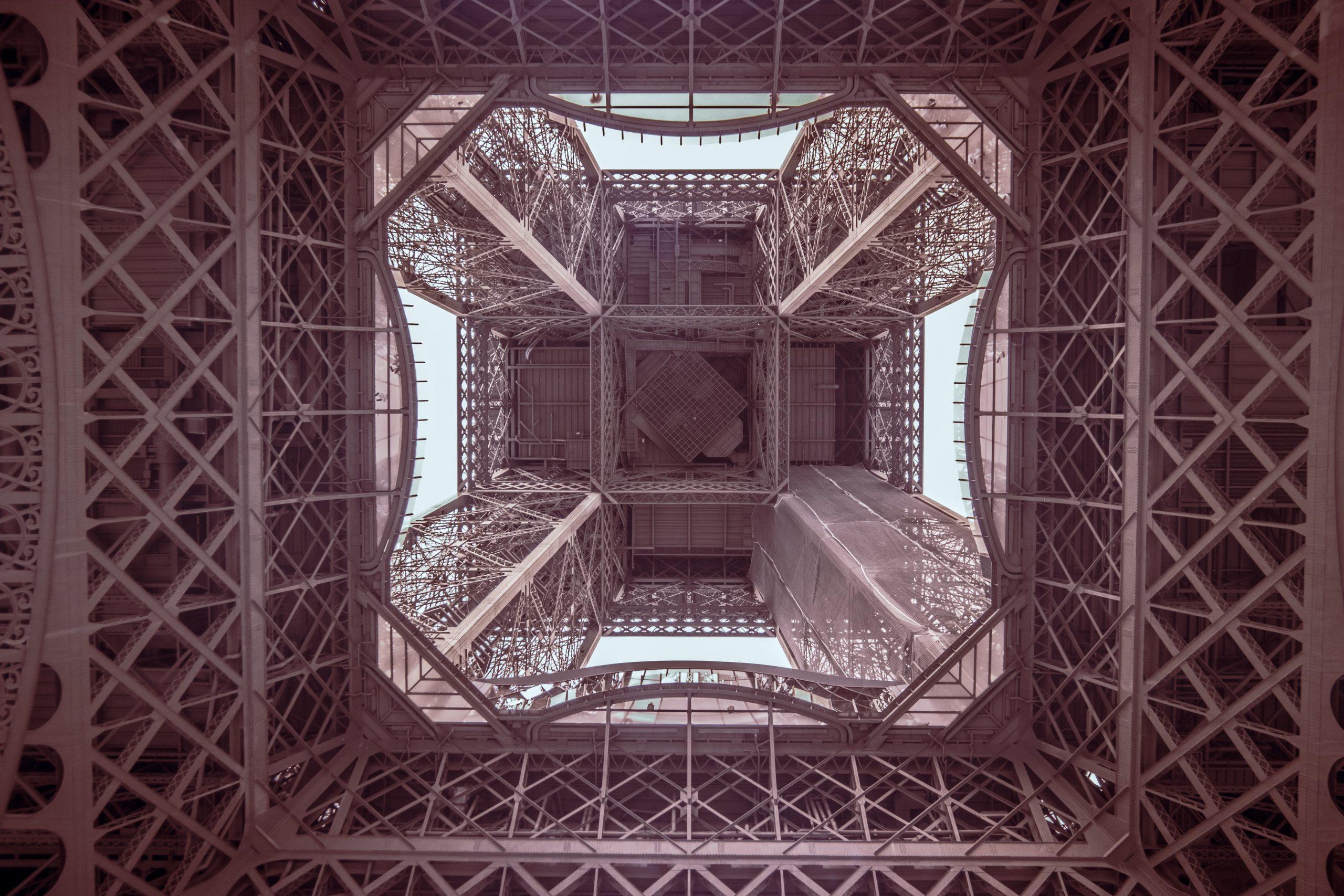 wieża eiffla od spodu